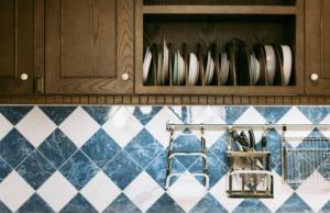 食器棚を処分するときの相場はどのくらい?正しい処分方法や運べないときの対処法も!