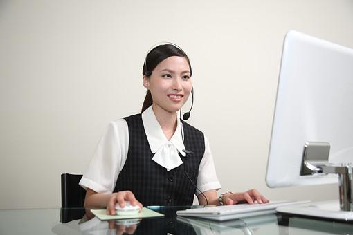 明るい対応のコールセンター女性