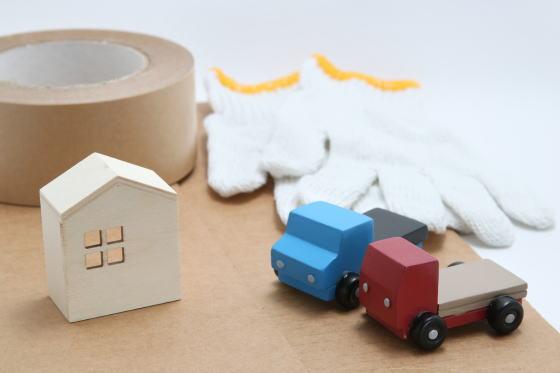 引っ越しや不用品回収のトラックと家のミニチュア