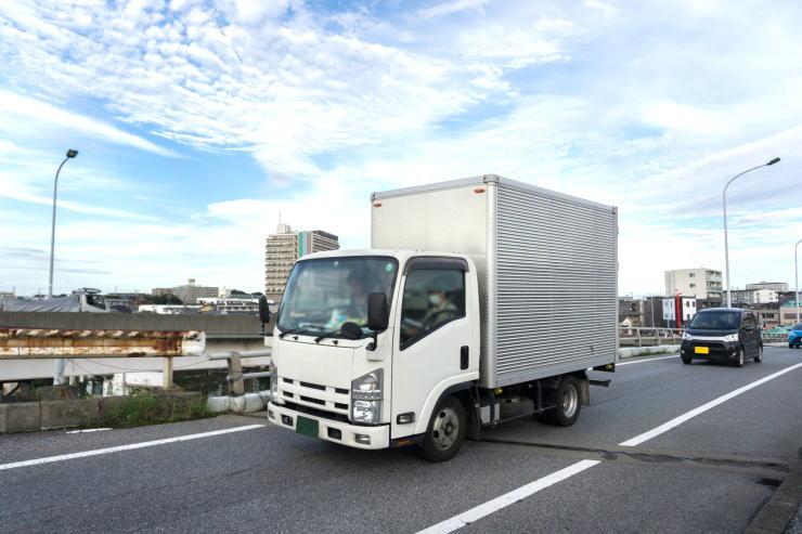 道路を走行するトラック