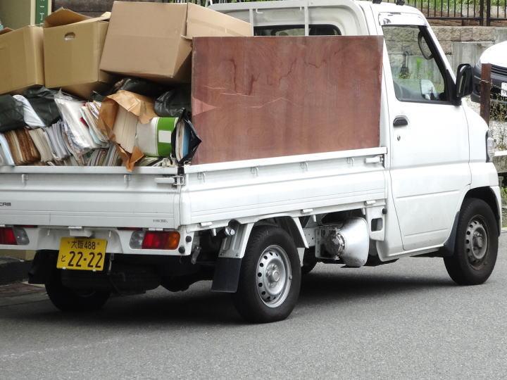不用品やゴミを回収・処分する軽トラック
